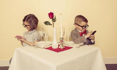 """Phubbing, una campaña contra el uso del """"teléfono antisocial"""""""