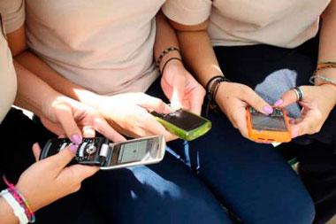 Tips para el uso educado de los dispositivos móviles en lugares sociales