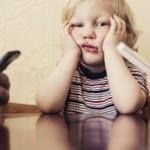 ¿Qué pasa con los niños mientras sus padres les prestan más atención a sus móviles?
